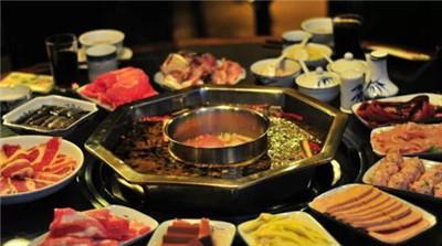 重庆嘉陵江畔、朝天门等码头船工纤夫的粗放餐饮方式,原料主要是牛图片