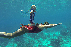 不带氧气瓶 3岁男童海底玩转自由潜水