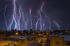 澳大利亚城市遭闪电击中 宛如科幻片