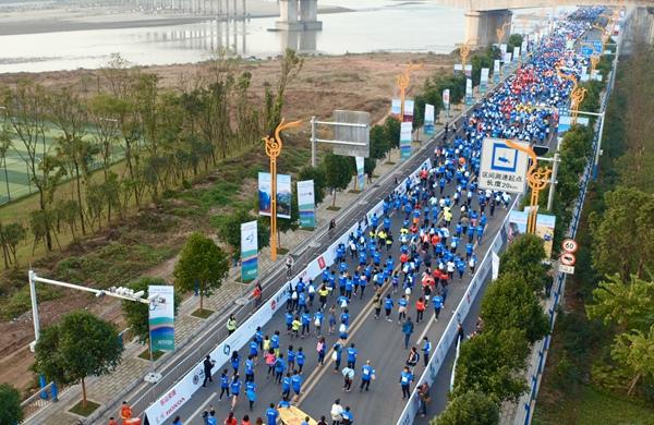 樂山馬拉松|無人機:選手奔跑在山水賽道