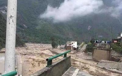 國社@四川|四川汶川多地發生泥石流致多處道路中斷 1名消防員在救援中犧牲