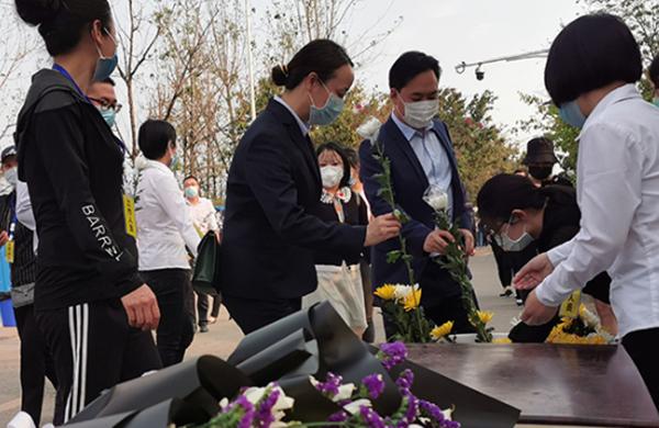【新華網現場報道】英雄走好!西昌群眾自發前往悼念撲火犧牲者
