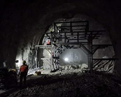 成昆鐵路復線峨米段首座10公裏長大隧道貫通