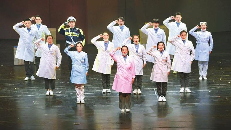 四川大劇院復工首演 《遍地英雄》致敬抗疫川人