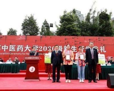 國社@四川|跪地救人的兩名女大學生,連獲三獎!