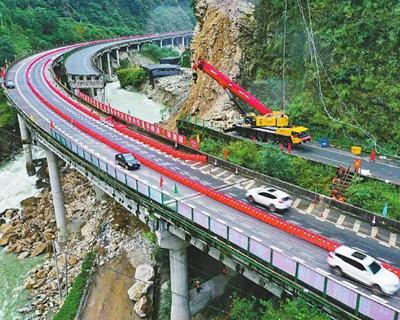 雅西高速斷道搶通 分時段分車型單幅雙向通行
