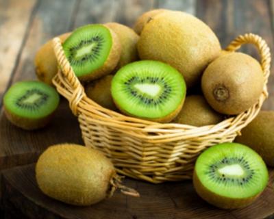 汶川送菜勇士的滯銷獼猴桃在水磨鎮熱賣