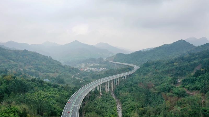 國社@四川|四川小涼山腹地首條高速公路完成最後一公裏鋪築