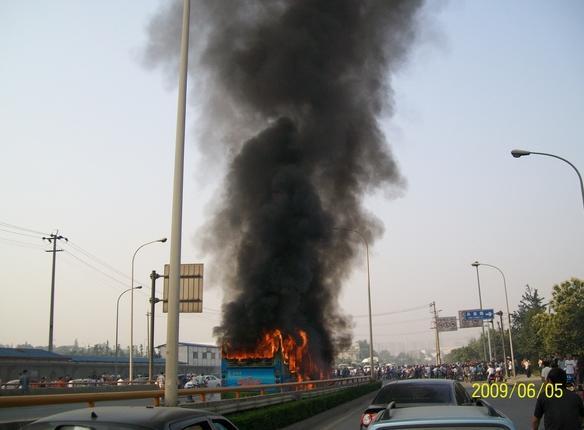 成都9路公交车发生燃烧::新华网四川频道